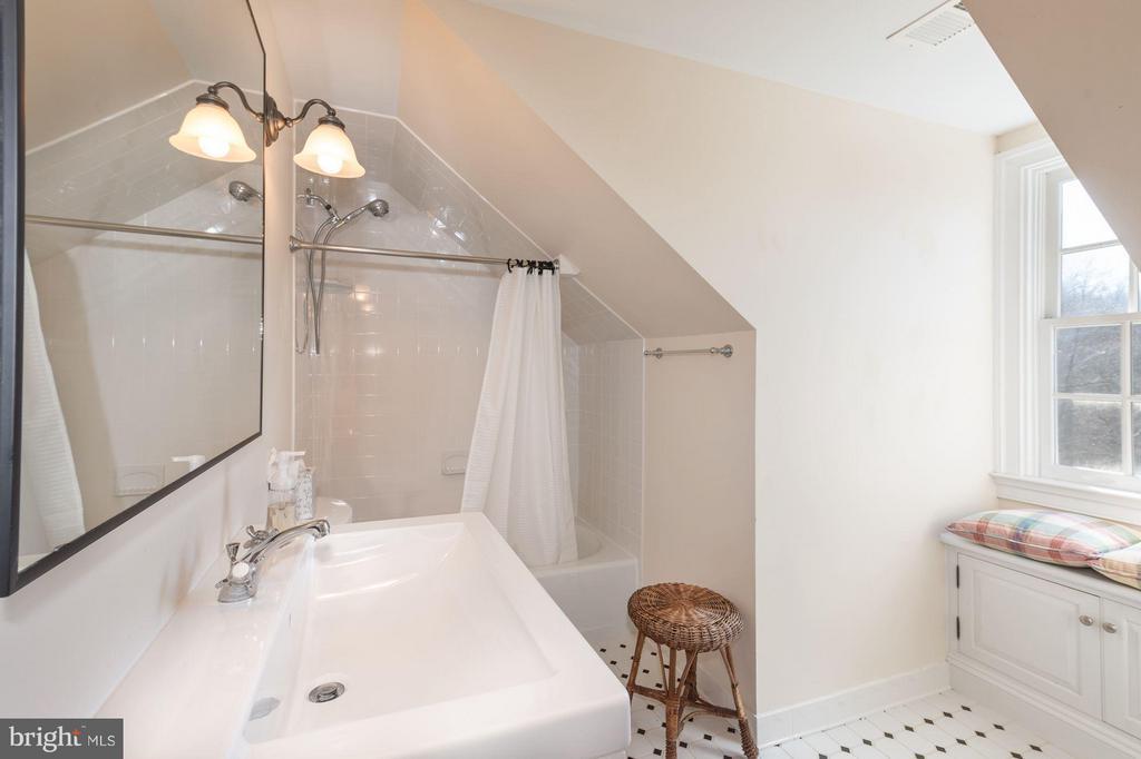Bath (Master) - 38085 HOMESTEAD FARM LN, MIDDLEBURG