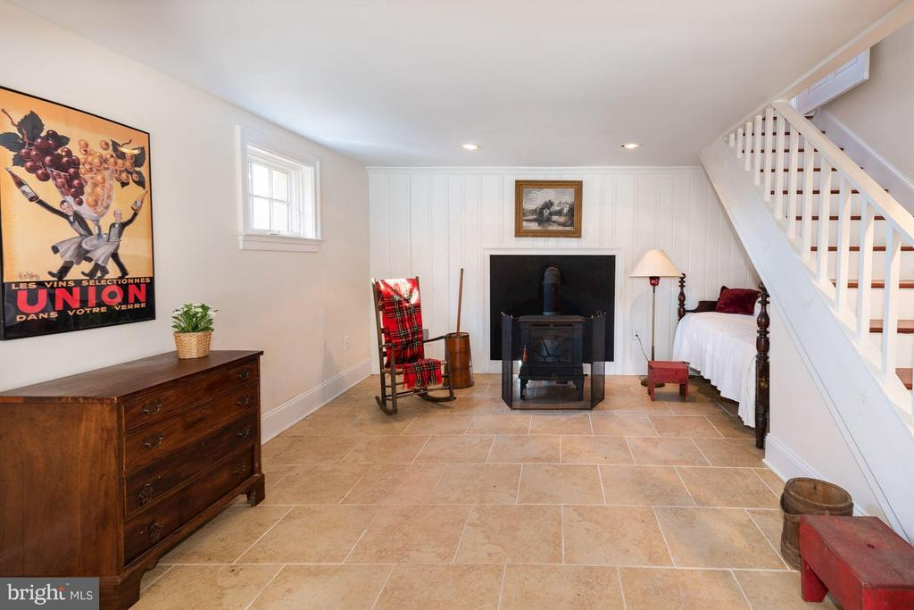 Finished lower level with wood burning stove - 38085 HOMESTEAD FARM LN, MIDDLEBURG