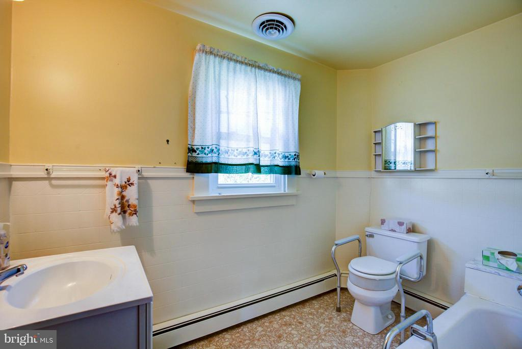 Upstairs full bath - 924 WOODLAND AVE, WINCHESTER