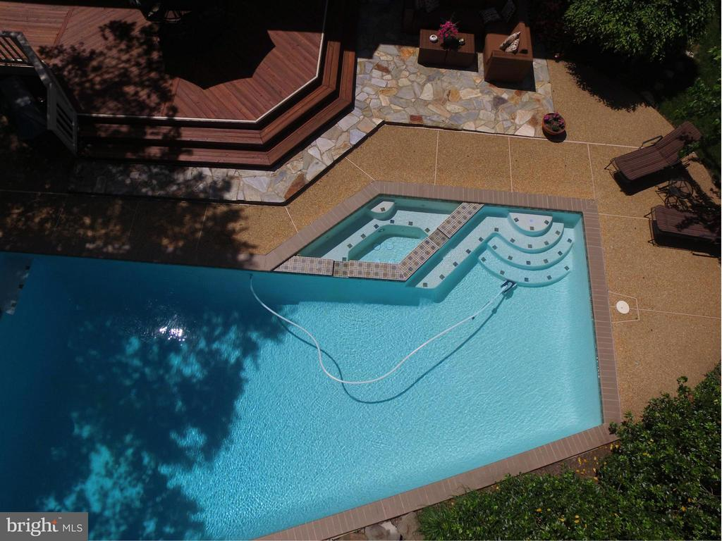 Heated Pool & Spa - 2611 MEADOW HALL DR, HERNDON