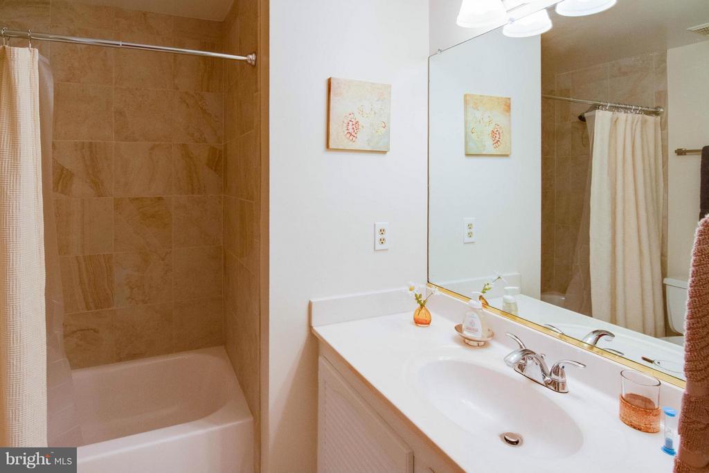 Hall bath - 12806 KETTERING DR, HERNDON