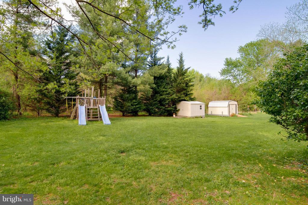 large backyard - 12806 KETTERING DR, HERNDON