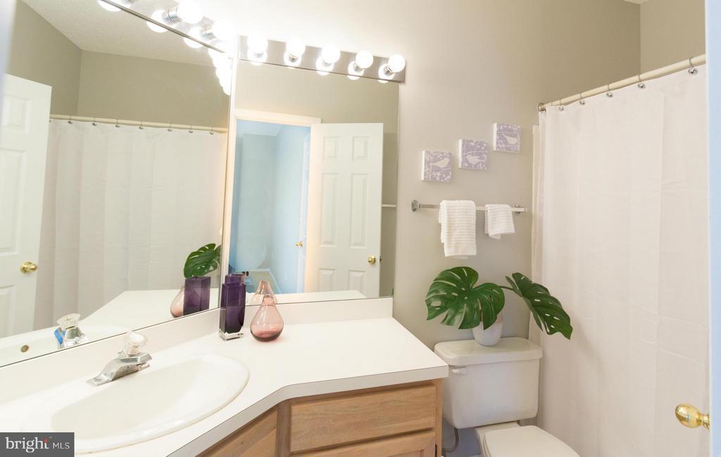 Large en-suite master bathroom - 13060 AUTUMN WOODS WAY #201, FAIRFAX