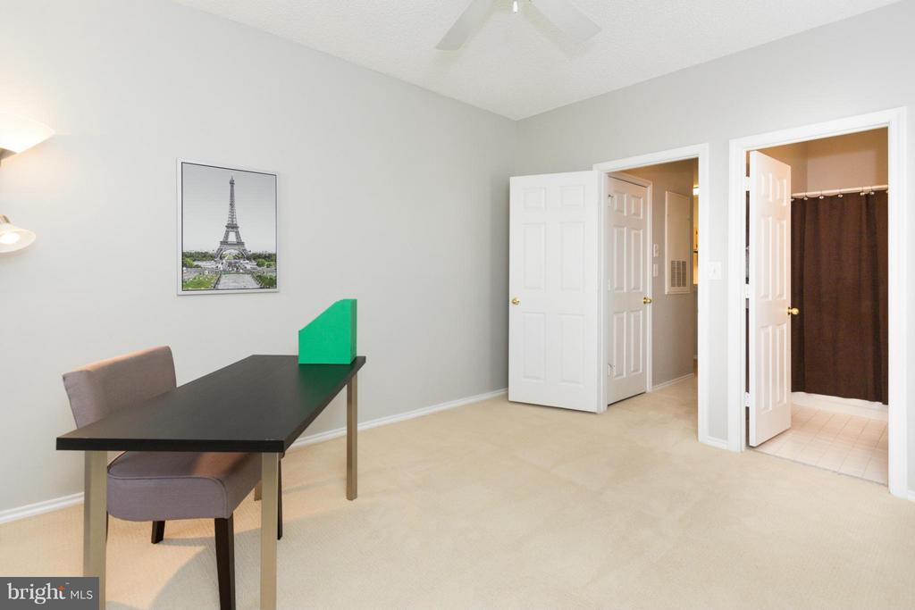 Bedroom 2 with dual entry to bathroom - 13060 AUTUMN WOODS WAY #201, FAIRFAX