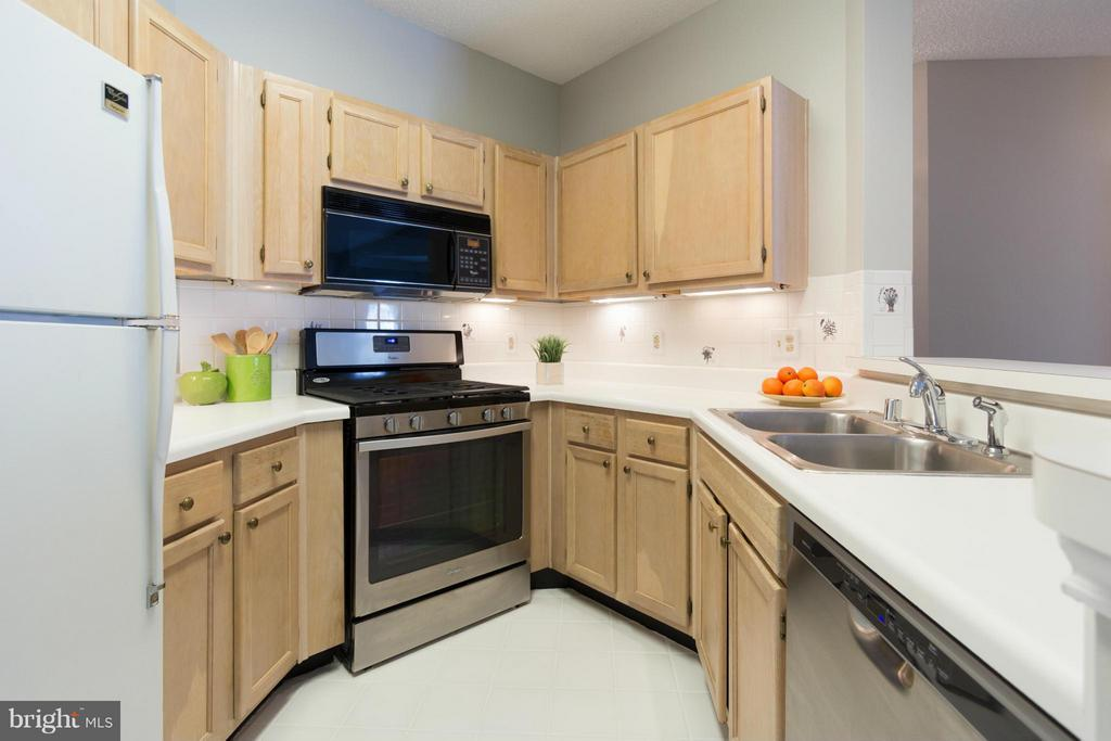 Light and bright kitchen with newer appliances - 13060 AUTUMN WOODS WAY #201, FAIRFAX
