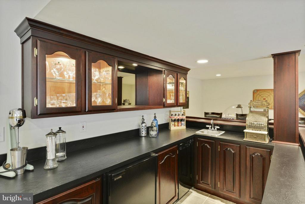 Wet Bar with Custom Cabinets - 1321 DASHER LN, RESTON