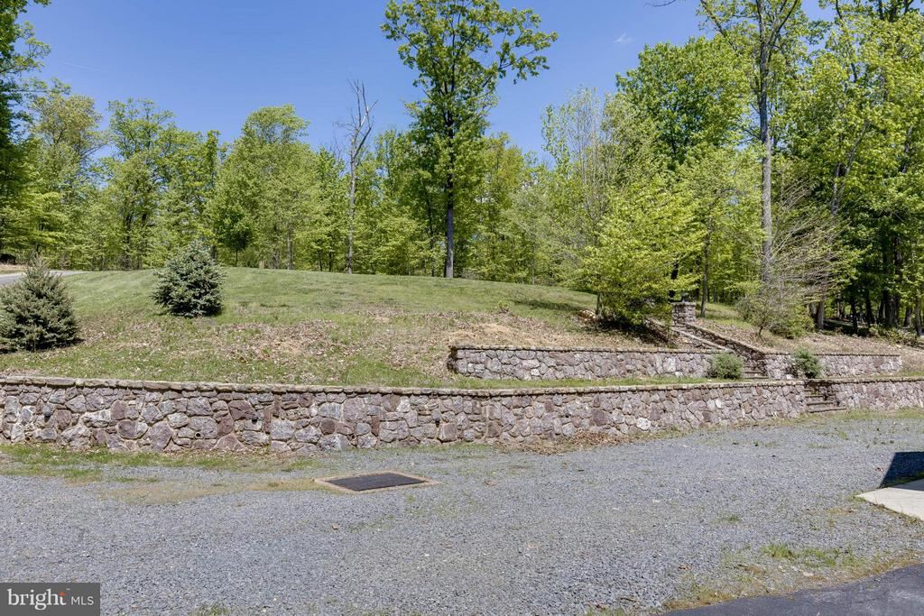 Tiered Stone Wall - 14388 WATERFORD WOODS CT, LEESBURG
