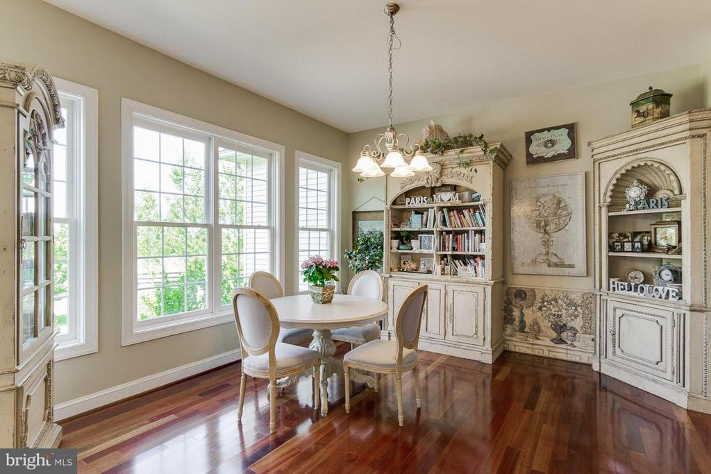 Breakfast room, looks out to Butterfly bush - 38414 DITCHLING PL, HAMILTON