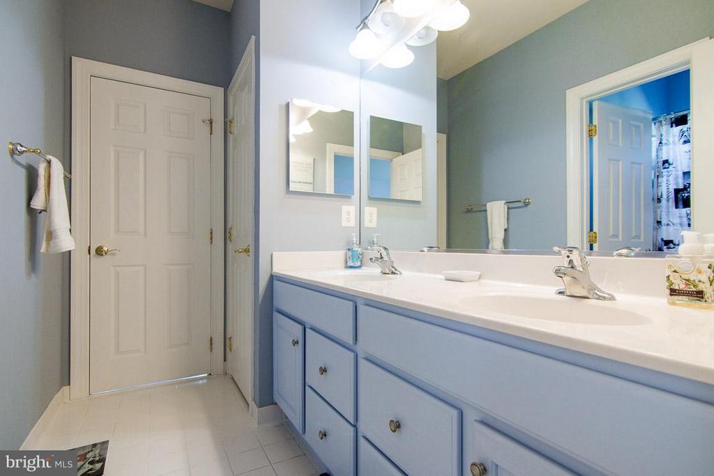 Jack and Jill bathroom - 38414 DITCHLING PL, HAMILTON