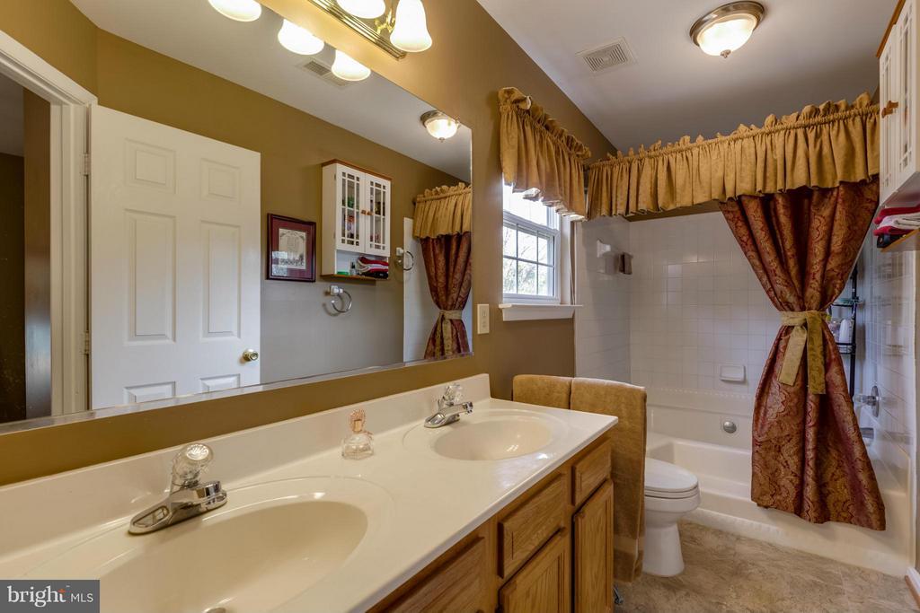 ~ Master Bathroom w/ Double Vanity ~ - 15 STONERIDGE CT, STAFFORD