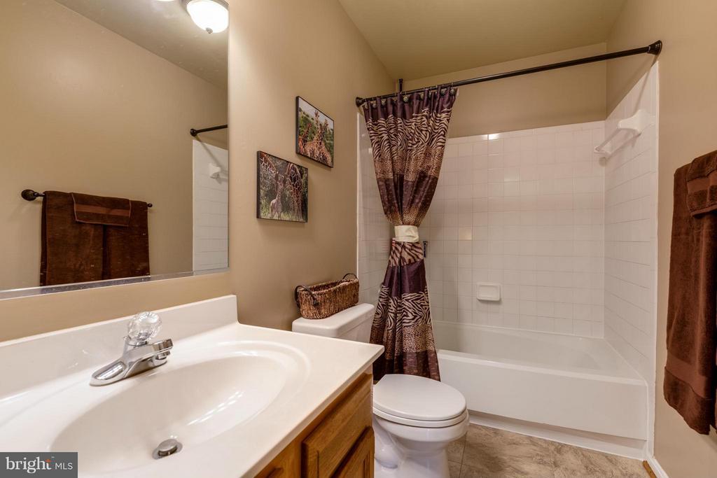 ~ Upstairs Hall Bath ~ - 15 STONERIDGE CT, STAFFORD