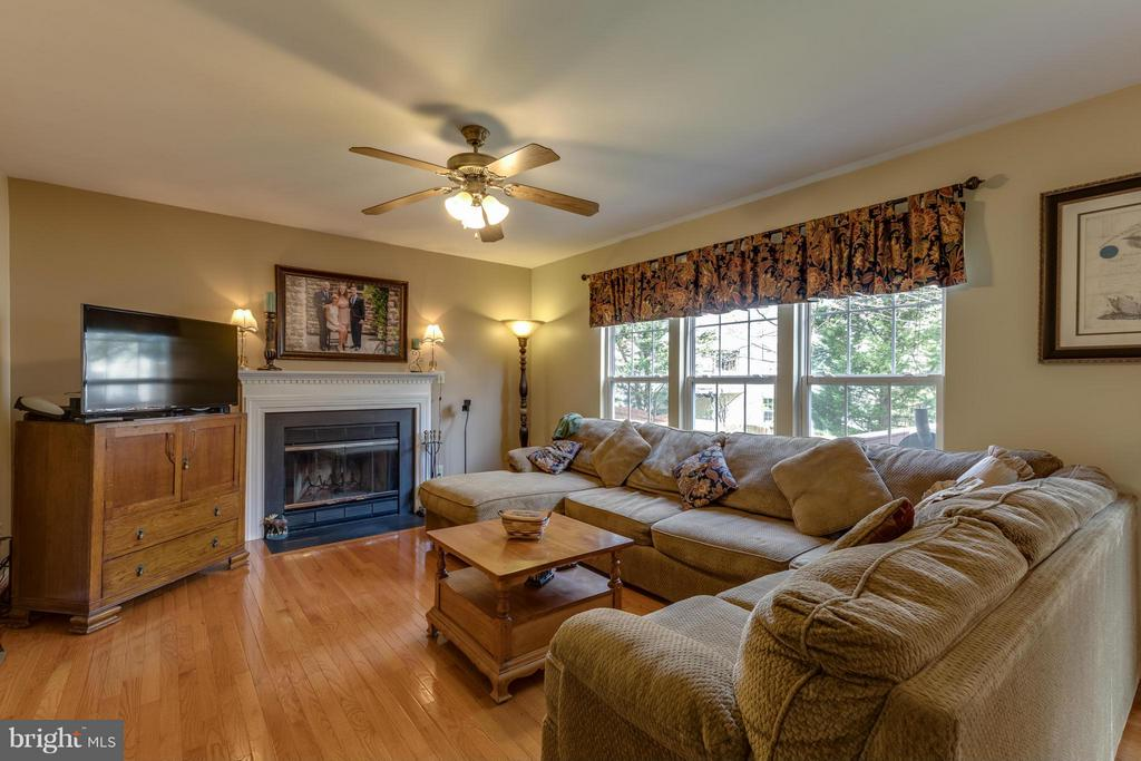 ~ Hardwood Flooring and Gas Fireplace ~ - 15 STONERIDGE CT, STAFFORD