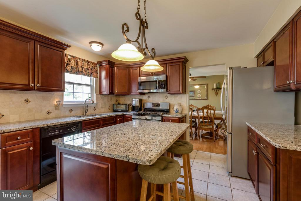 ~ Separate Desk Area / Space for Stools ~ - 15 STONERIDGE CT, STAFFORD