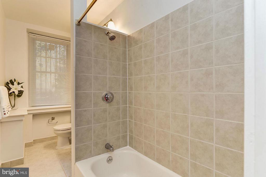 Large Bathroom with walk-in tub - 2410 20TH ST NW #8, WASHINGTON