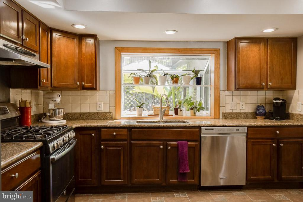 Expansive counters and garden window - 4300 ANDES DR, FAIRFAX