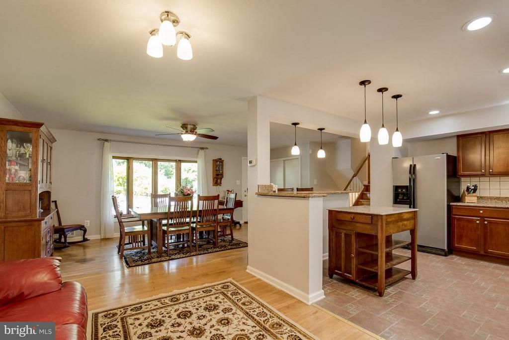 Living room is perfect for conversation - 4300 ANDES DR, FAIRFAX