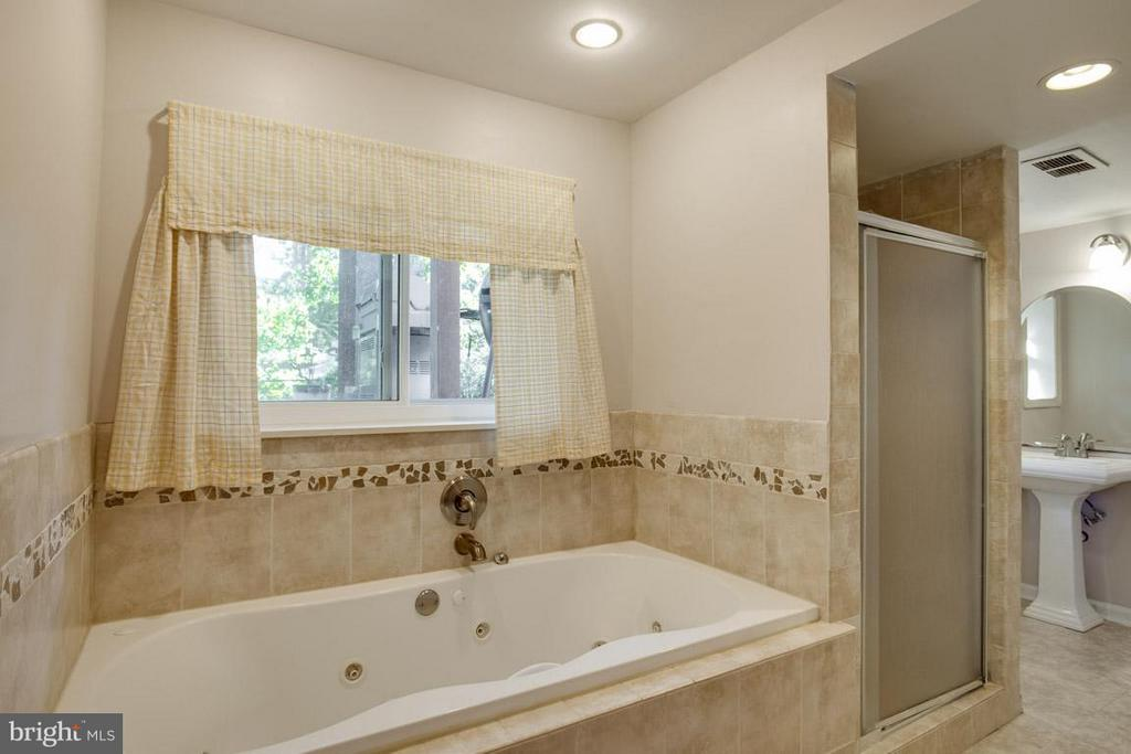 Deep Jacuzzi tub with separate shower - 4300 ANDES DR, FAIRFAX