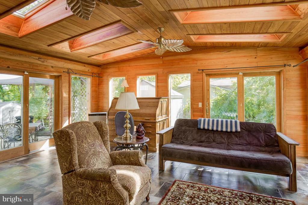 Vaulted ceiling, sky-lights and tons of windows - 4300 ANDES DR, FAIRFAX