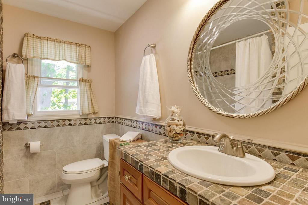 Upper level bath with Jacuzzi tub and ceramic tile - 4300 ANDES DR, FAIRFAX