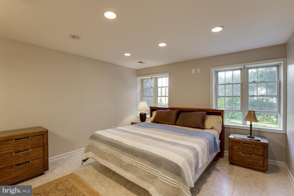 Huge owner's suite with ceramic tile floors - 4300 ANDES DR, FAIRFAX