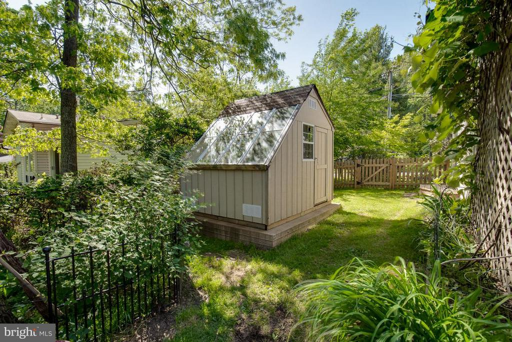 Fenced rear yard with greenhouse and shed - 4300 ANDES DR, FAIRFAX