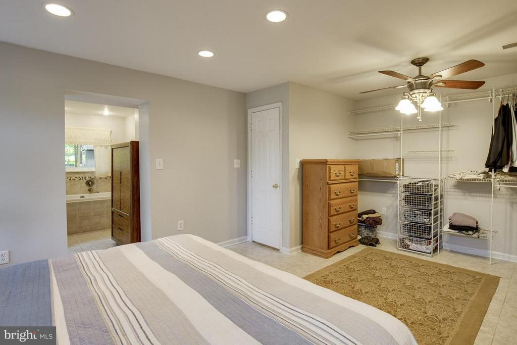 En-suite bathroom, laundry, and closet organizers - 4300 ANDES DR, FAIRFAX