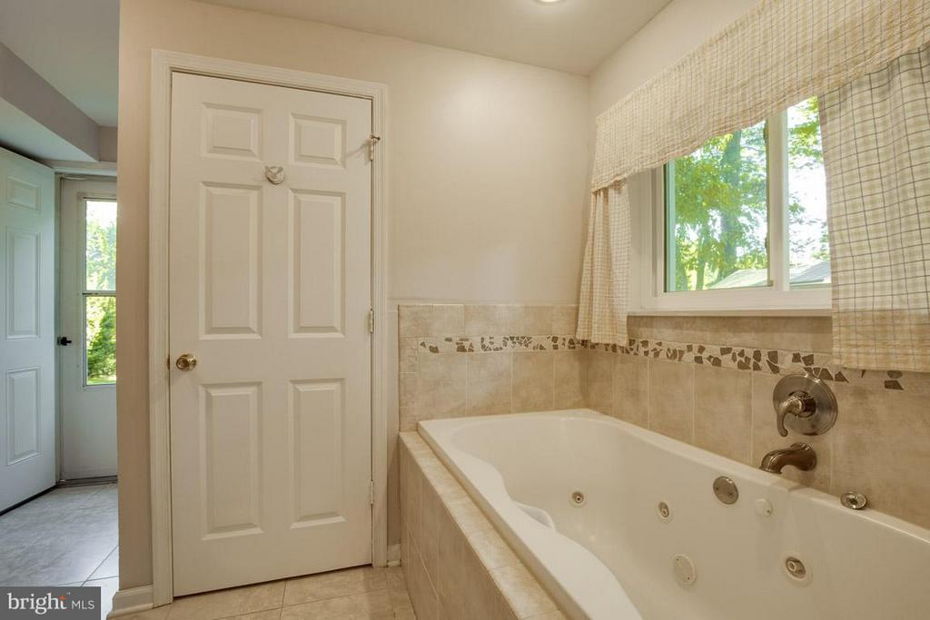 Lovely ceramic surround throughout the bathroom - 4300 ANDES DR, FAIRFAX