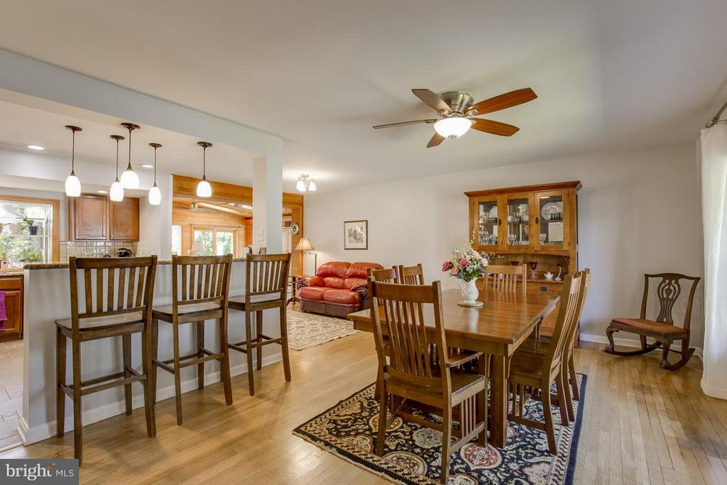 Open floor plan greets you home - 4300 ANDES DR, FAIRFAX