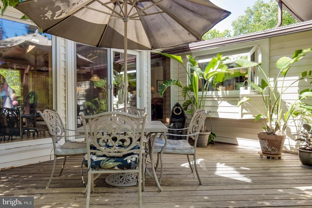 Lovely deck off family room - 4300 ANDES DR, FAIRFAX