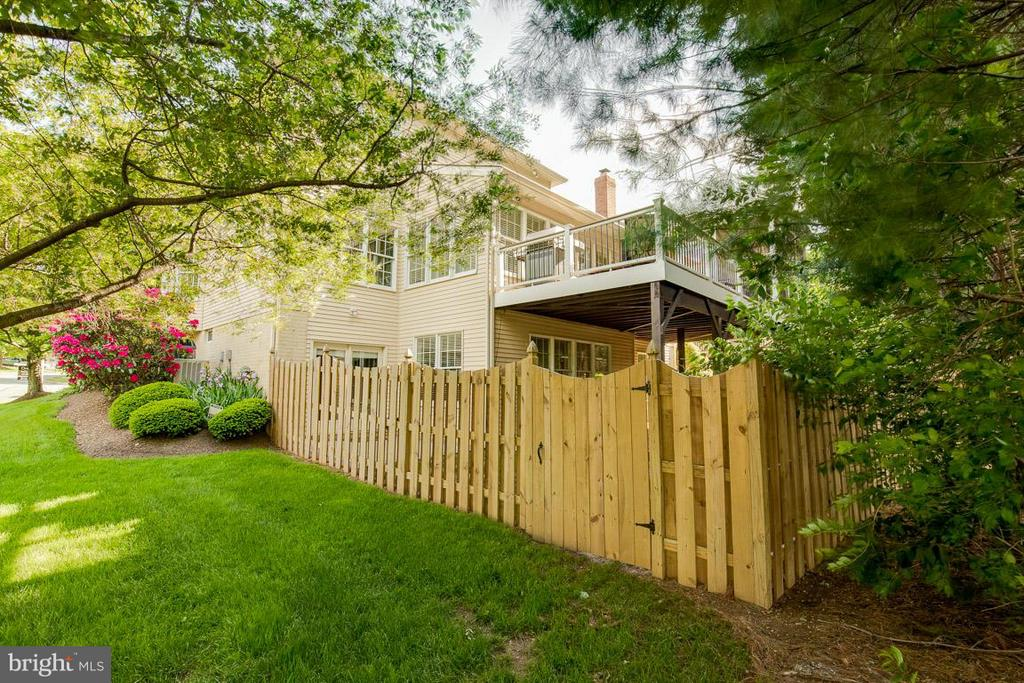 Fenced yard - 10850 GROVEHAMPTON CT, RESTON