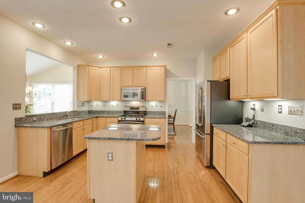 Kitchen - 10850 GROVEHAMPTON CT, RESTON