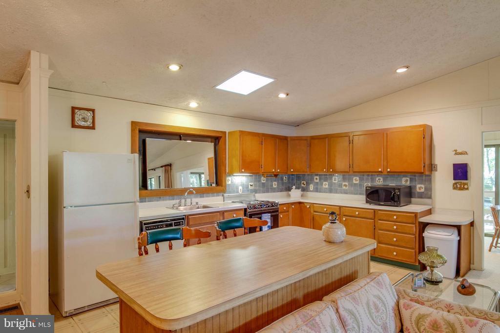 Ample Space Kitchen - 601 CORNWALLIS AVE, LOCUST GROVE