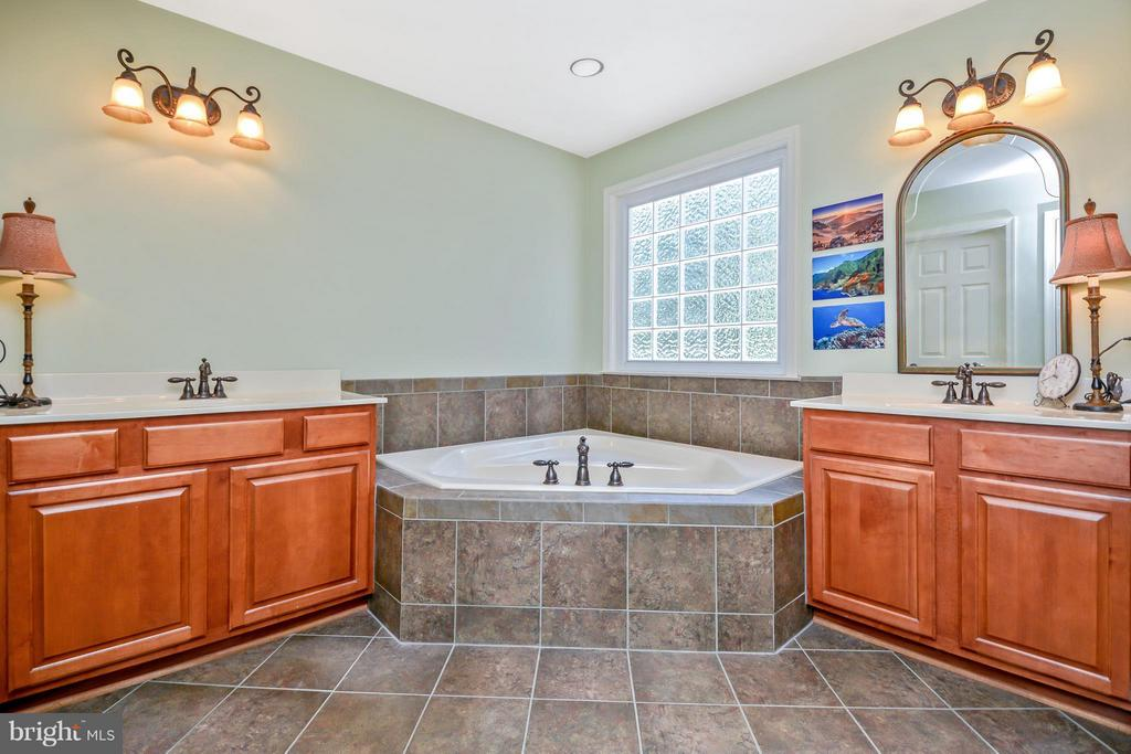 Soaking Tub and dual vanities - 13421 FOX CHASE LN, SPOTSYLVANIA