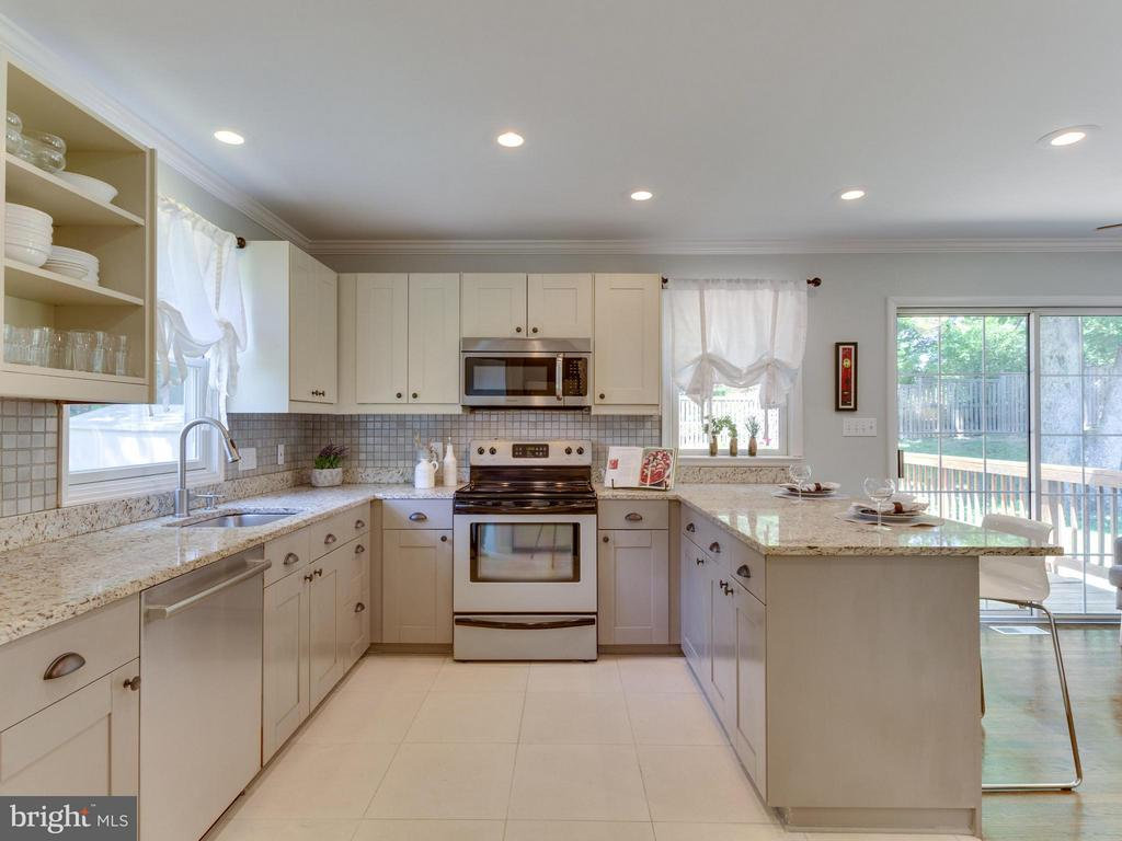 Classic U kitchen is functional + attractive! - 4700 CARE DR, ALEXANDRIA