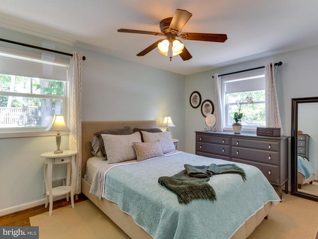 Master bedroom fits a larger bed and dressers - 4700 CARE DR, ALEXANDRIA