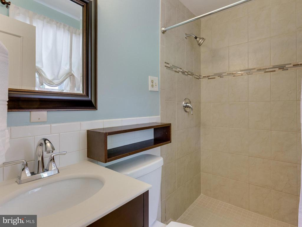 Attached renovated master bath w/ new tile +vanity - 4700 CARE DR, ALEXANDRIA