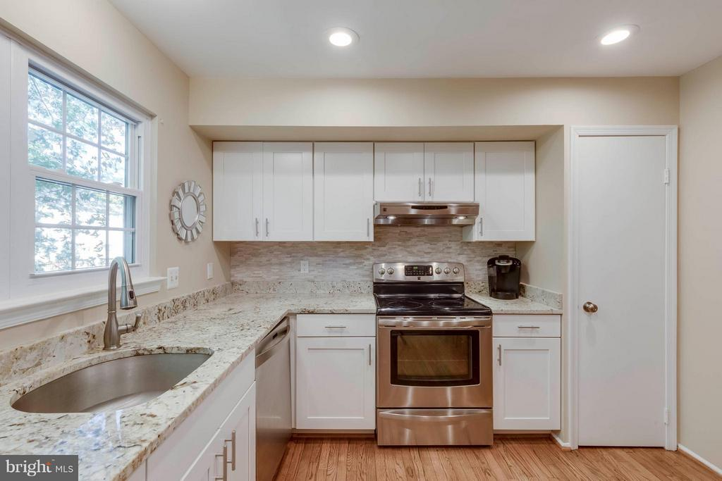 Remodeled Kitchen with Granite Counter Tops - 5830 APPLE WOOD LN, BURKE