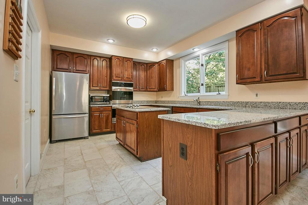 Granite countertops and stainless steel appliances - 3601 PARAMOUNT RD, FAIRFAX