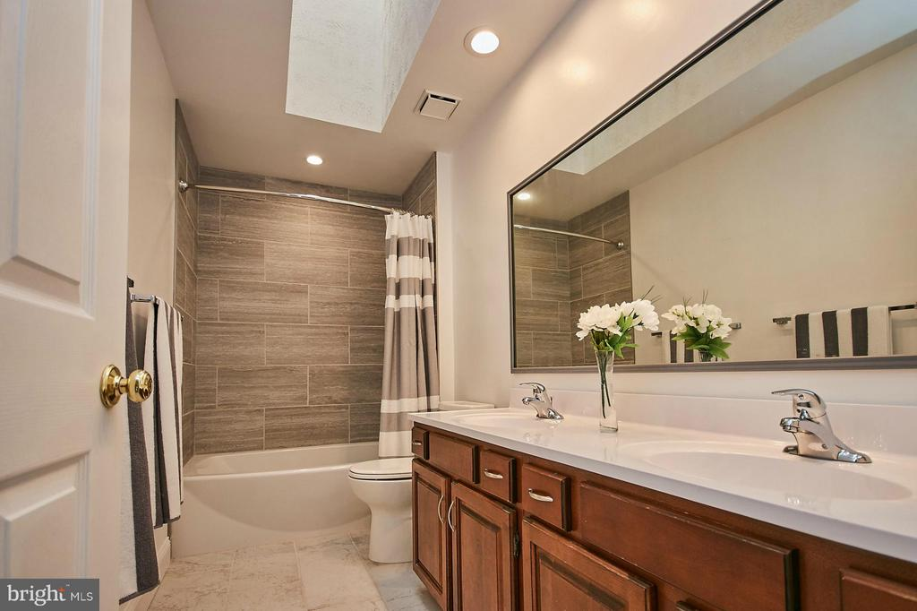 Updated upper hallway bathroom with double vanity - 3601 PARAMOUNT RD, FAIRFAX