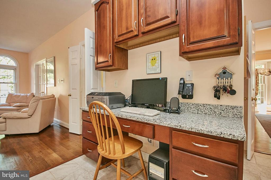 Built in desk area with granite countertop - 3601 PARAMOUNT RD, FAIRFAX