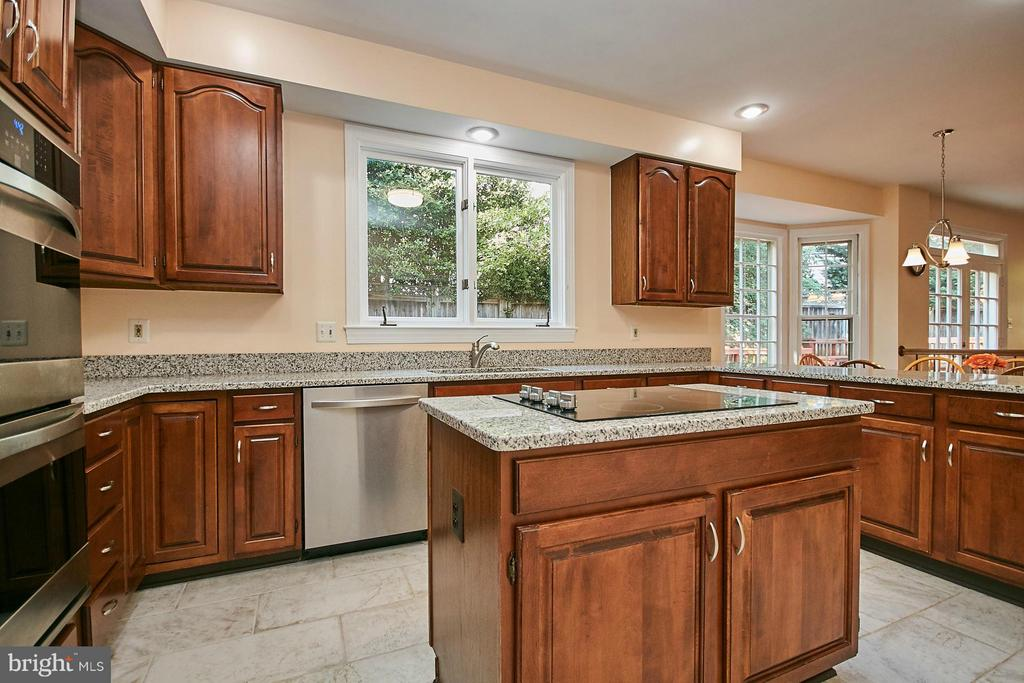 Beautiful cherry cabinetry and center island - 3601 PARAMOUNT RD, FAIRFAX
