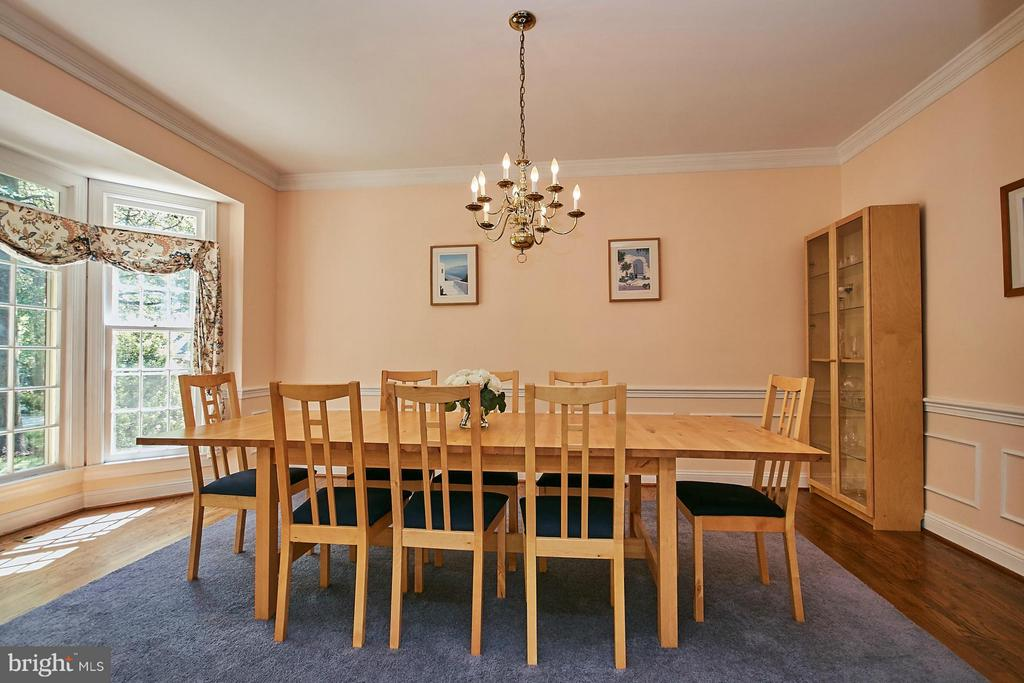 Huge separate dining room with bay window - 3601 PARAMOUNT RD, FAIRFAX