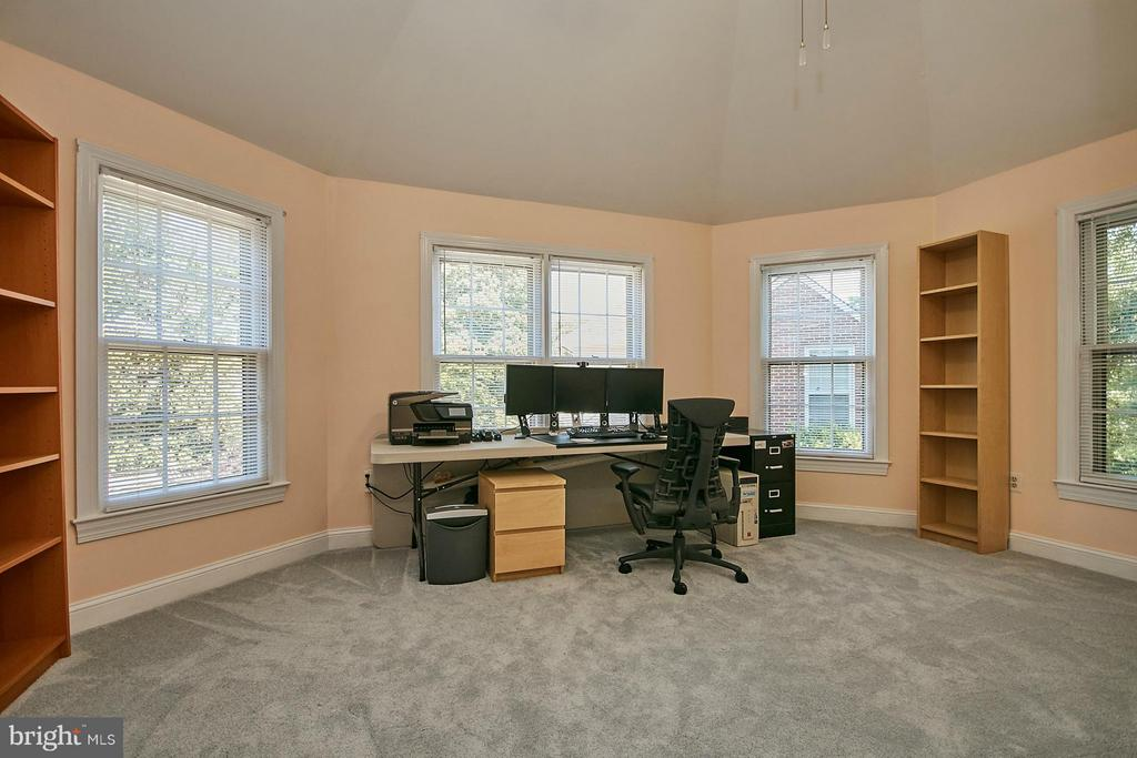 Separate sitting room with vaulted ceiling - 3601 PARAMOUNT RD, FAIRFAX