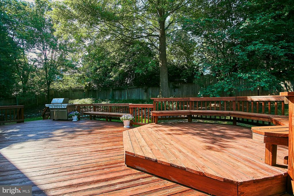 Fenced rear yard with deck backs to trees - 3601 PARAMOUNT RD, FAIRFAX