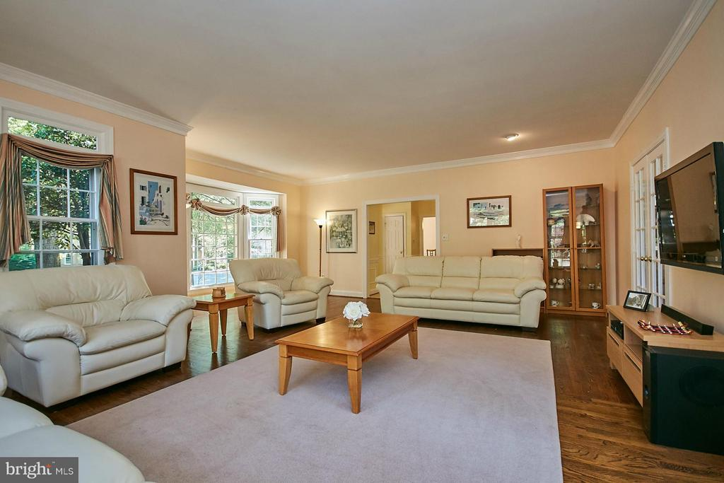 Living room also features hardwood flooring - 3601 PARAMOUNT RD, FAIRFAX