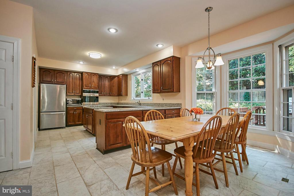 Updated kitchen with large breakfast room - 3601 PARAMOUNT RD, FAIRFAX