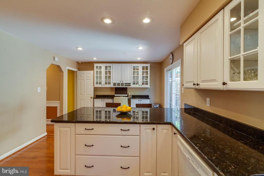 Granite countertops and custom cabinets - 7303 MALLORY LN, ALEXANDRIA