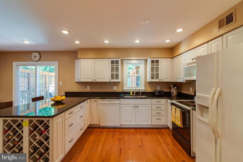 Built in wine rack and recessed lighting - 7303 MALLORY LN, ALEXANDRIA