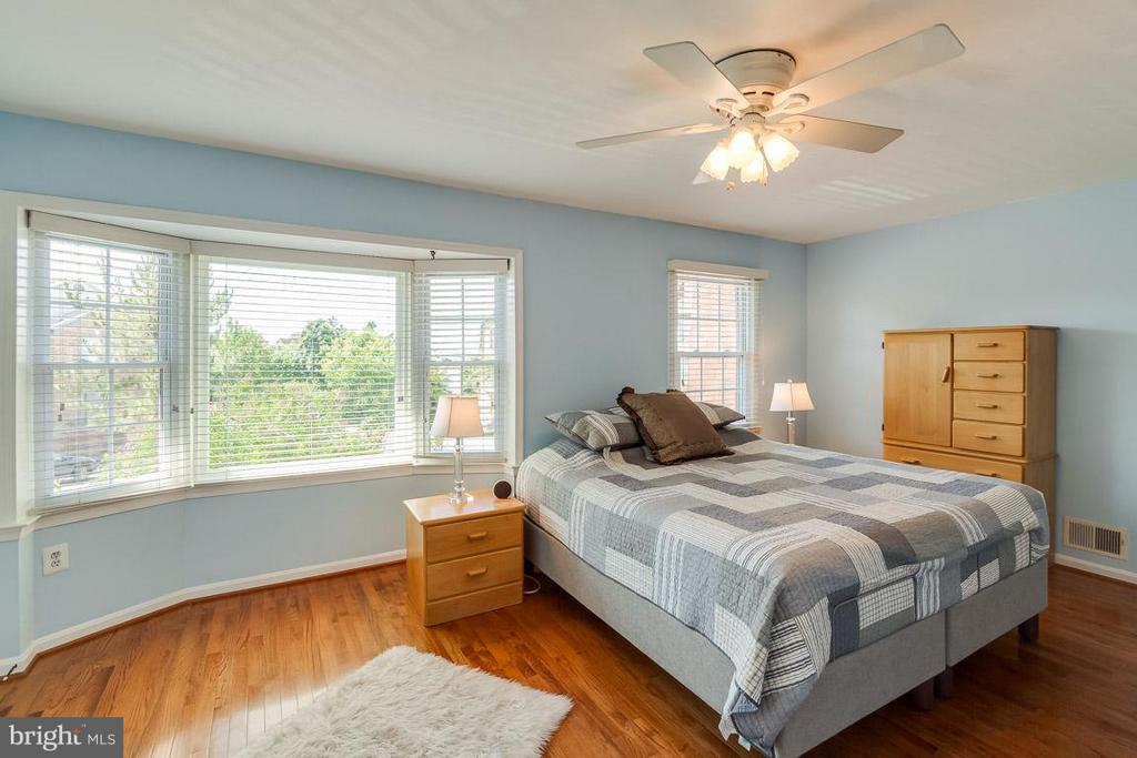 Light filled master bedroom - 7303 MALLORY LN, ALEXANDRIA