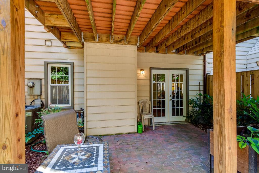 Fenced patio with space for herb garden - 7303 MALLORY LN, ALEXANDRIA